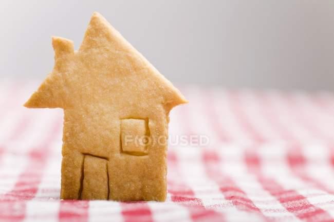 Detailansicht der Konditorei Haus auf karierten Tischdecke — Stockfoto
