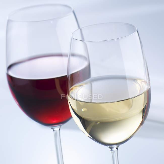 Glasses of red and white wine on table — Stock Photo
