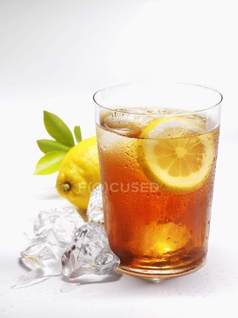 Glass of iced tea with lemon — Stock Photo