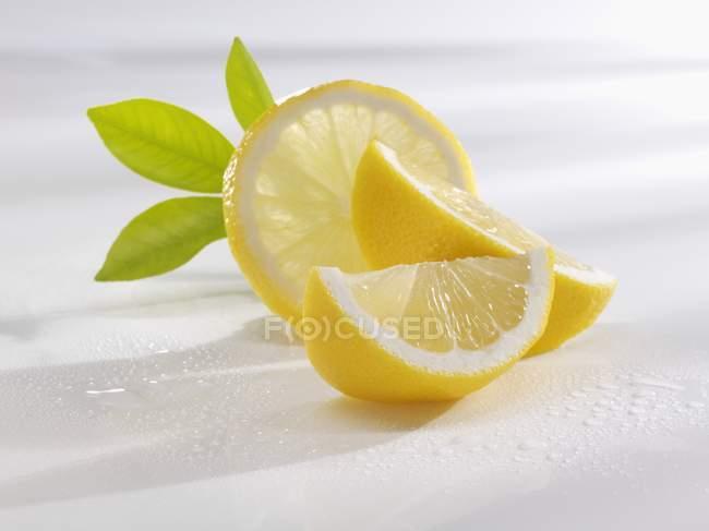In Scheiben geschnittene frische Zitrone mit Blättern — Stockfoto