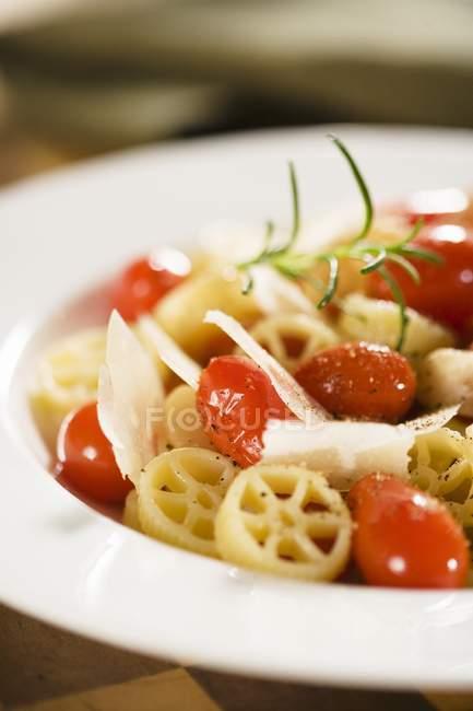 Wagenrad Nudeln mit Tomaten — Stockfoto
