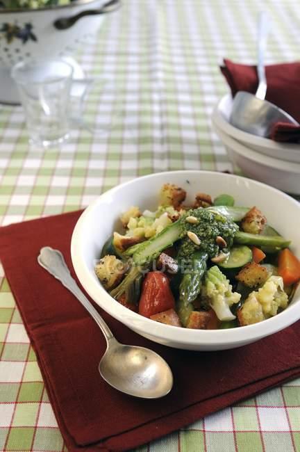 Italienische Gemüsesuppe mit Crostini und pesto — Stockfoto