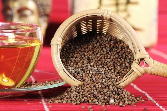 Perilla Samen Tee im Teesieb — Stockfoto