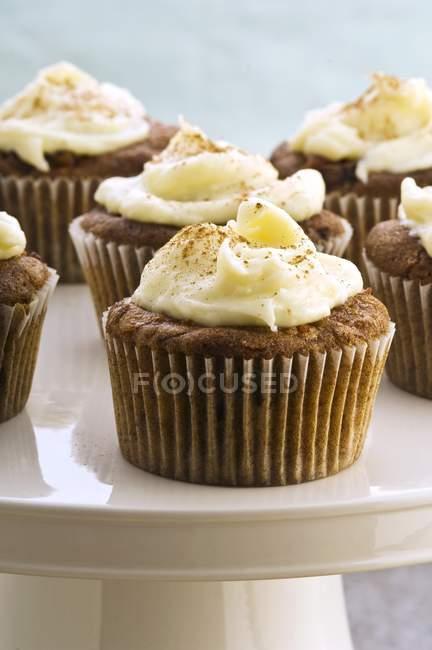 Cupcakes de cenoura no carrinho do bolo — Fotografia de Stock