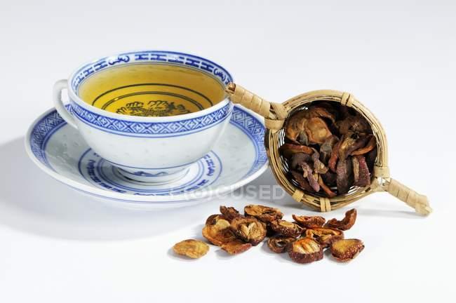 Tè di biancospino e secchi haws — Foto stock