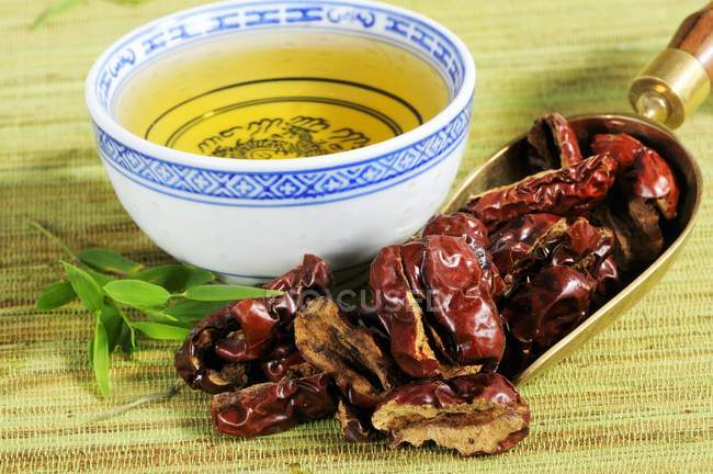Jujube tea and dried jujubes — Stock Photo
