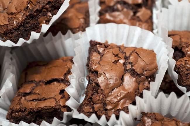 Porzioni di brownies in casi di carta — Foto stock