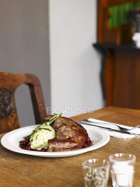Saddle of lamb with mashed leek — Stock Photo