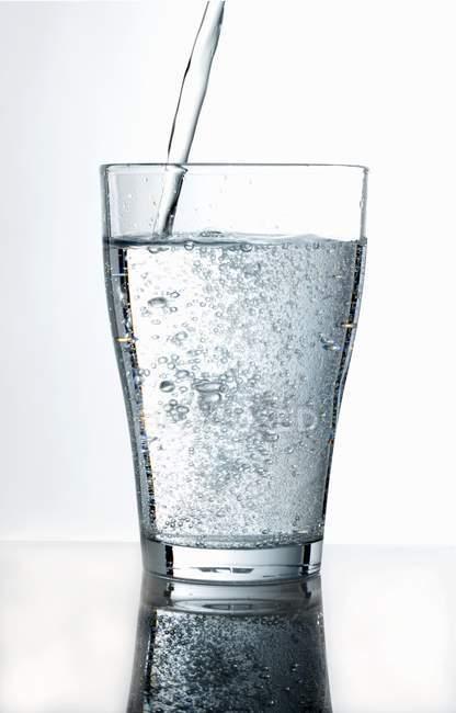 Наливаючи склянку води — стокове фото