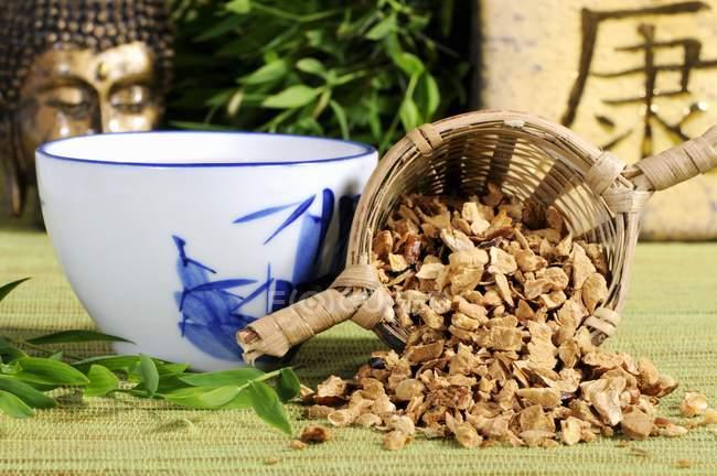 Tasse Tee und getrockneten Pagode Baum Früchte — Stockfoto