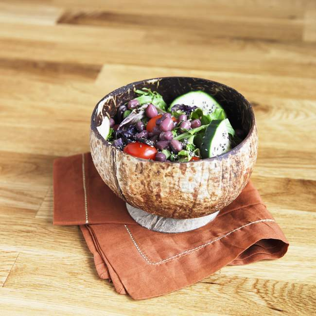 Salada com sementes de Chia, feijão Adzuki, tomate, pepino e verduras em uma tigela pequena — Fotografia de Stock
