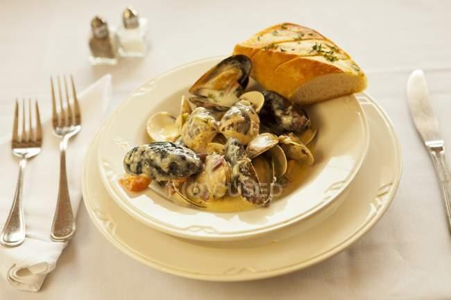 Palourdes et les moules cuites à la vapeur — Photo de stock