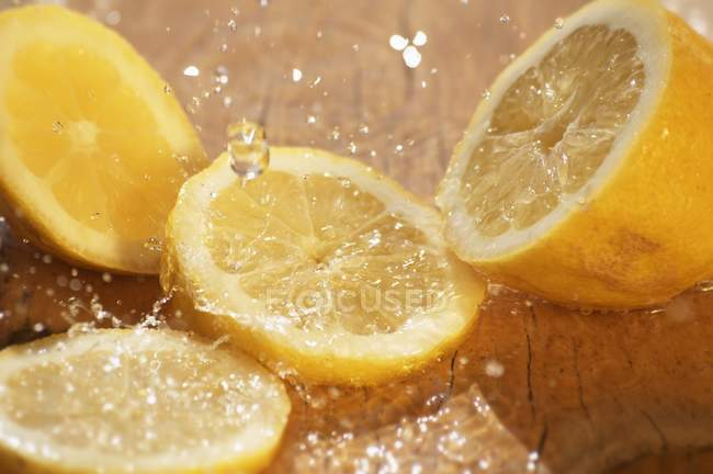 Zitronenscheiben mit einem Spritzer Wasser — Stockfoto