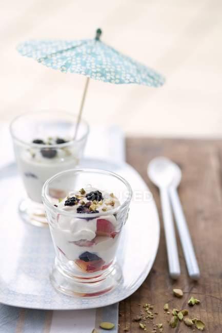 Verres d'yaourt et fruits — Photo de stock