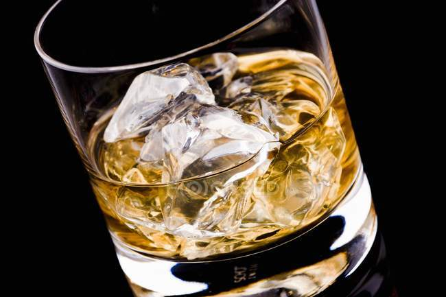 Bicchiere di whisky con cubetti di ghiaccio — Foto stock