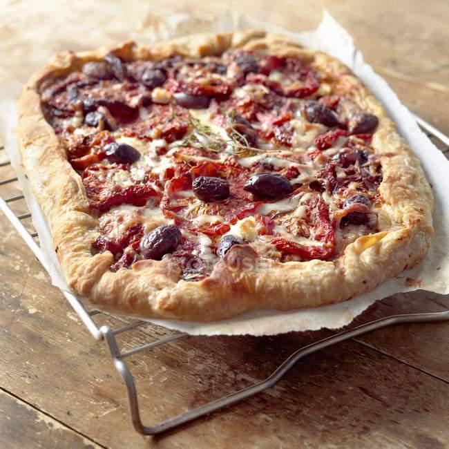 Al horno, tomate y oliva Pizza - foto de stock