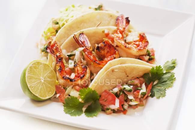 Tacos di gamberetti con calce — Foto stock