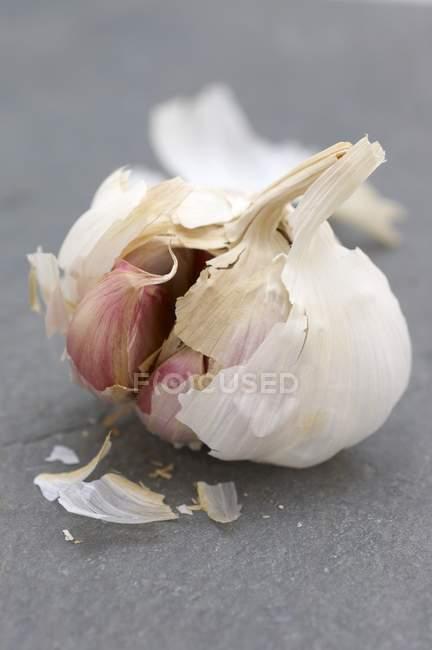 Geöffnete Knoblauchzwiebel — Stockfoto