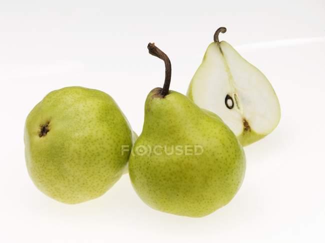 Peras frescas enteras y medias - foto de stock