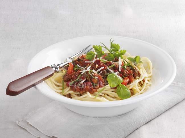 Spaghetti Bolognese mit Basilikum — Stockfoto