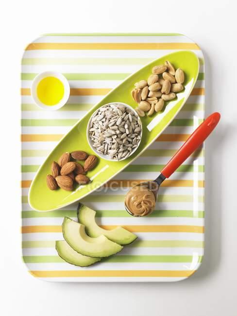 Продукти які містять Мононенасичені або здорової жир на білій поверхні з плит — стокове фото