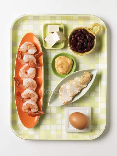 Продукти містять білковий на тарілки на білій поверхні — стокове фото