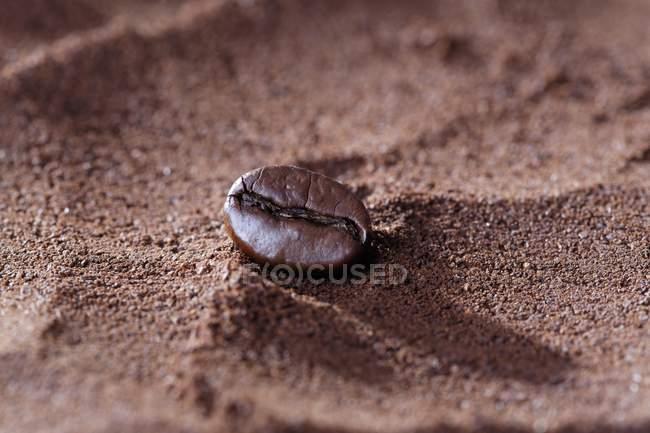 Vista de primer plano de un grano de café en polvo marrón - foto de stock