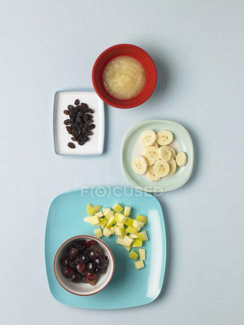 Vue de dessus de fruits assortis et compote de pommes — Photo de stock
