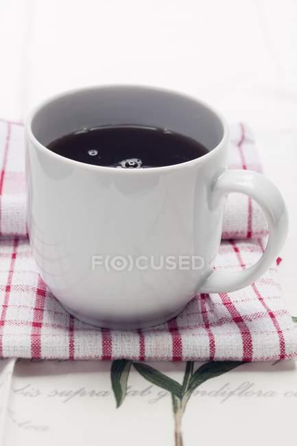 Білі кружки кави — стокове фото