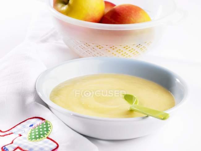Primo piano vista di con cucchiaio in ciotola mela pura — Foto stock
