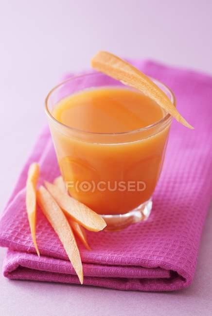 Bicchiere di carota e succo di mela — Foto stock