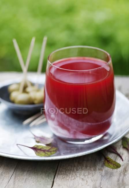 Succo di barbabietola, carota e cetriolo in vetro — Foto stock