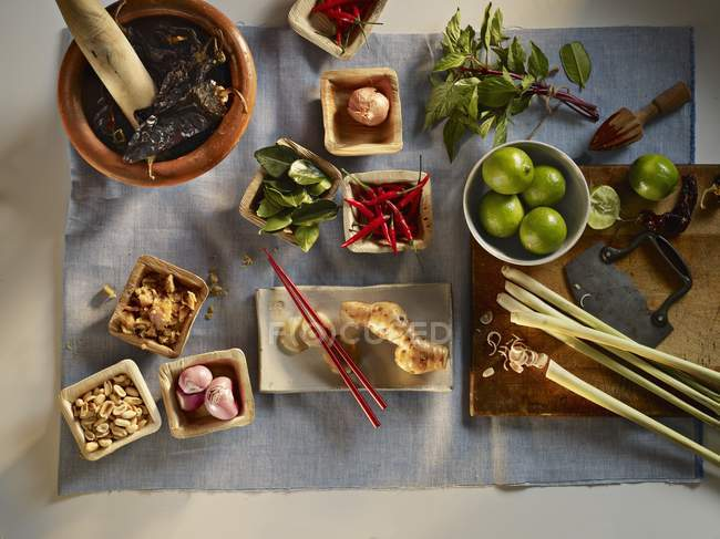 Ингредиенты для блюда тайской кухни на полотенце на белой поверхности — стоковое фото