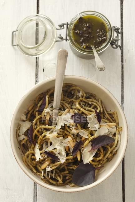 Спагетти с соусом песто фиолетовым базиликом — стоковое фото