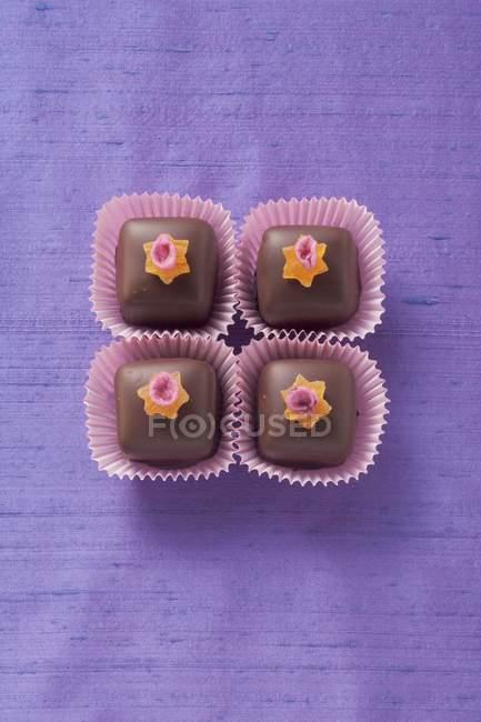Пралінові цукерки, прикрашені зірочок — стокове фото