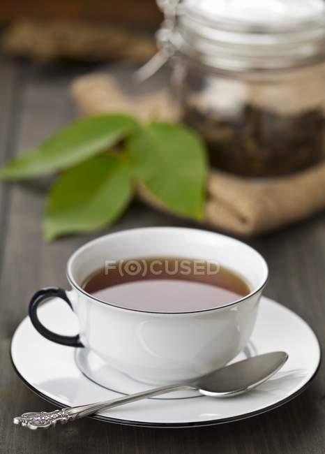 Tasse de thé de feuilles de noyer — Photo de stock