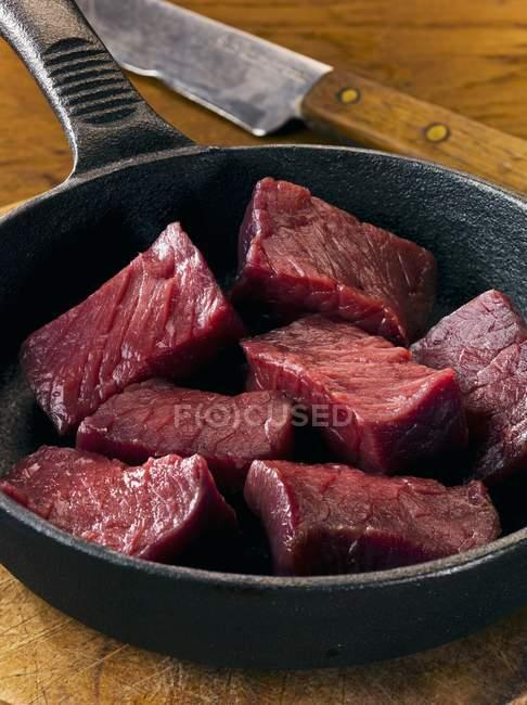 Venaison en cubes dans la casserole — Photo de stock