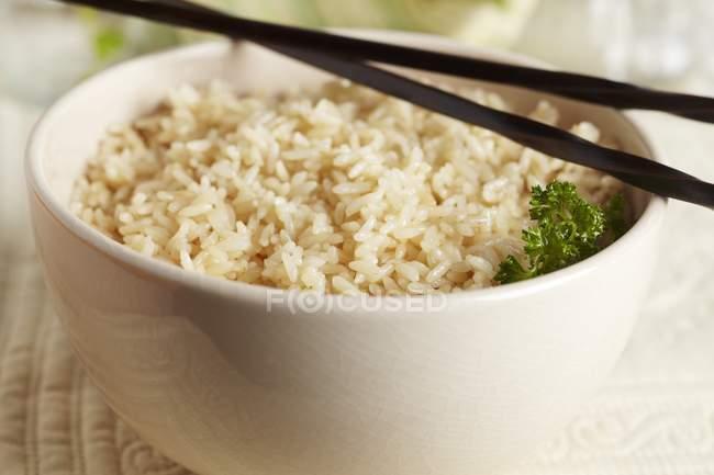 Brauner Reis mit Kräutern — Stockfoto