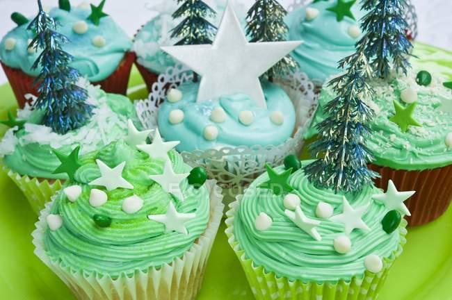Cupcakes de Navidad azules y verdes - foto de stock