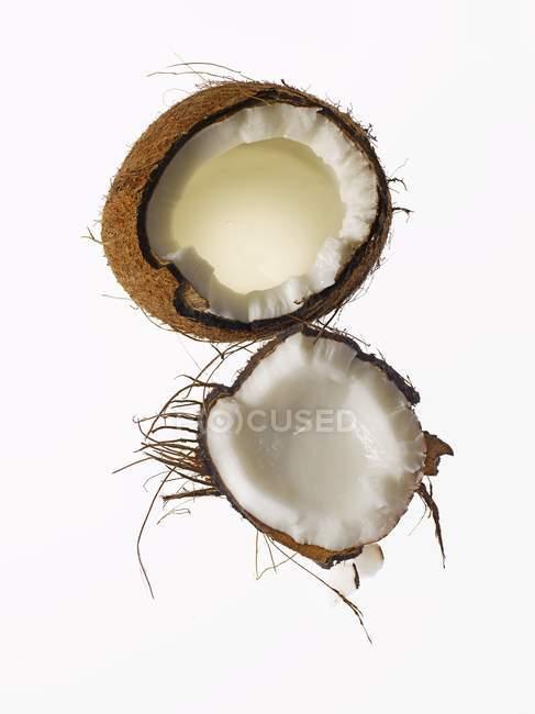 Свежий сломанной кокосовый — стоковое фото