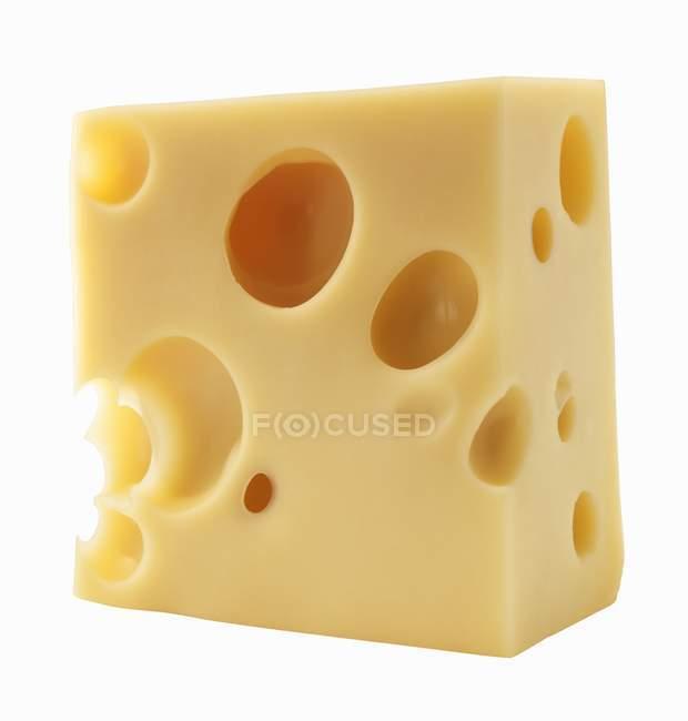 Кусок сыра Эмменталь — стоковое фото