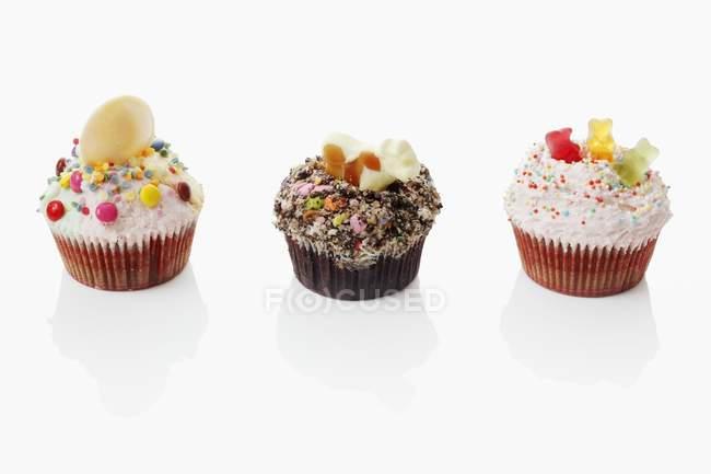 Cupcakes coloridos em uma linha — Fotografia de Stock