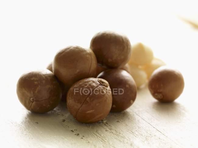 Macadamia-Nüsse in Schalen — Stockfoto