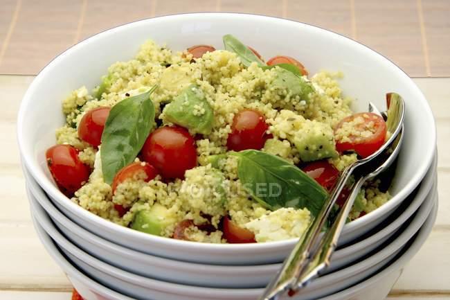 Кус-кус салат з авокадо, помідорів і Фета — стокове фото