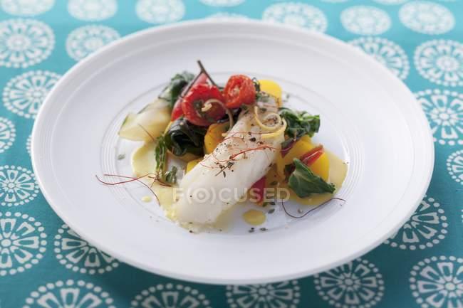 Kabeljau mit Gemüse und Zitronensauce — Stockfoto