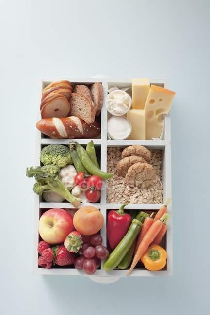 Vista superior de vários grupos de comida em uma caixa — Fotografia de Stock