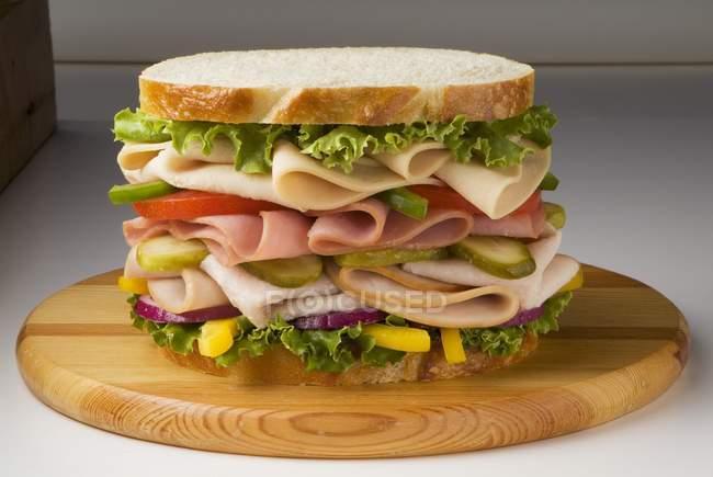Sanduíche com vegetais no pão — Fotografia de Stock