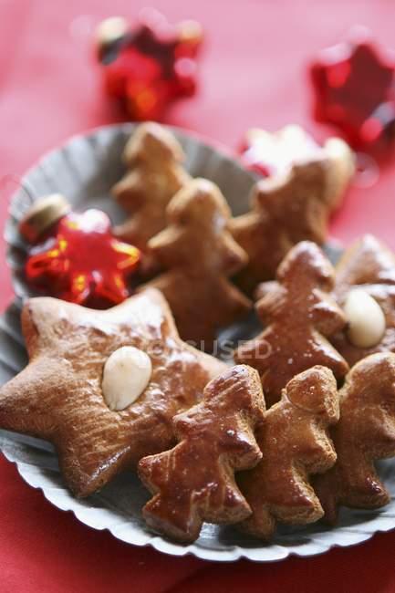 Estrellas de pan de jengibre en placa - foto de stock