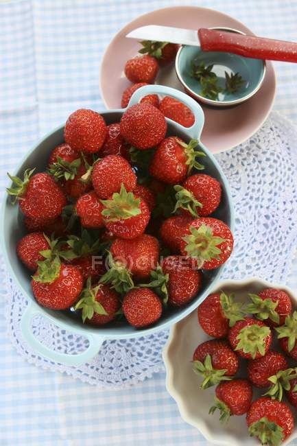 Fragole fresche in ciotole — Foto stock