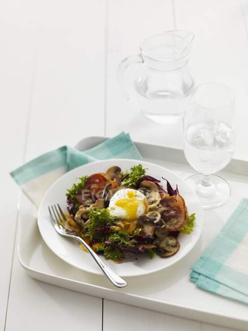 Elevated view of mixed leaf salad with poached egg, mushrooms and Pancetta — Stock Photo